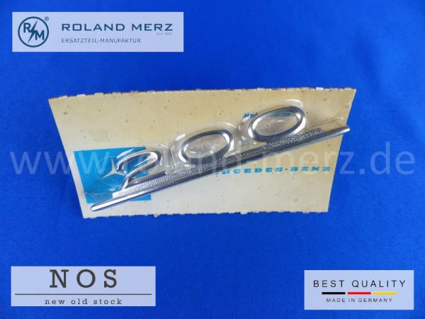 110 817 00 14 Typenkennzeichen innen an Armaturenbrett Mercedes 200, original Neuteil/NOS